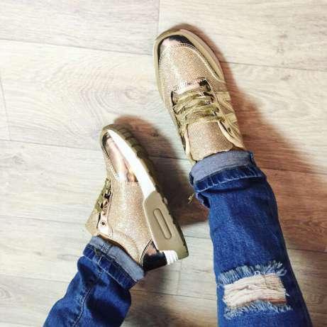Золотистые кроссовки в сочетании с джинсами