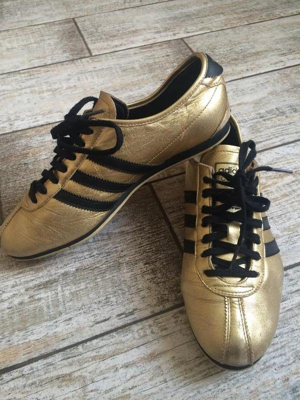 Золотистые кроссовки на черной подошве