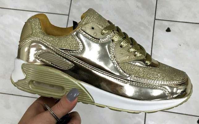 Модные золотистые кроссовки на пружинящей подошве