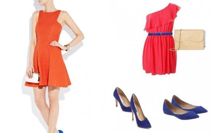 Коралловое платье в сочетании с синими предметами гардероба