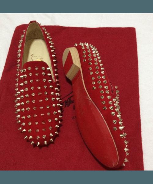 Модные красные мокасины с шипами
