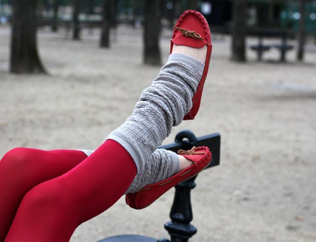 Модные красные мокасины с серыми гетрами