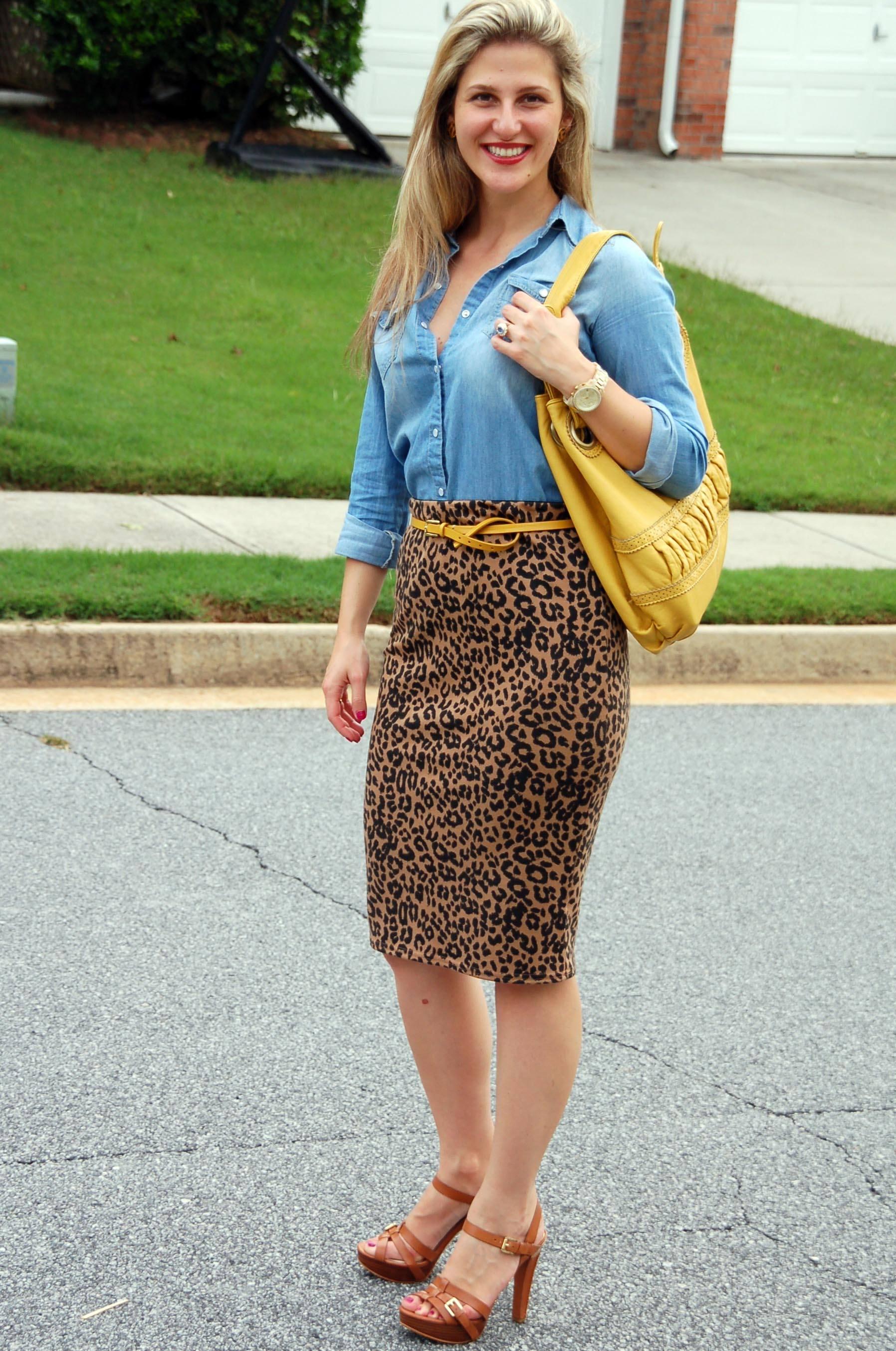 Леопардовая юбка карандаш с джинсовой рубашкой