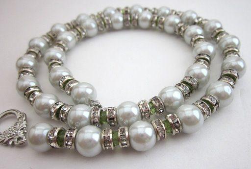 Ожерелье из серебра с жемчугом для сочетания с серой юбкой