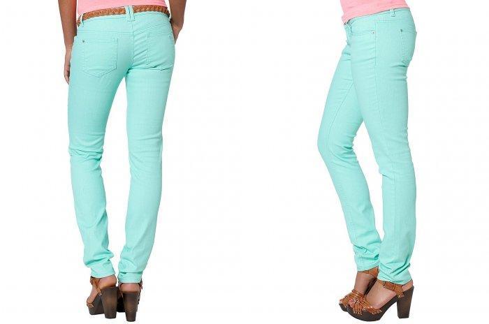 Бирюзовые брюки с коричневыми босоножками