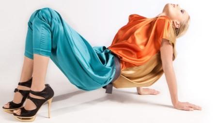 Шелковые бирюзовые брюки в сочетании с золотистым