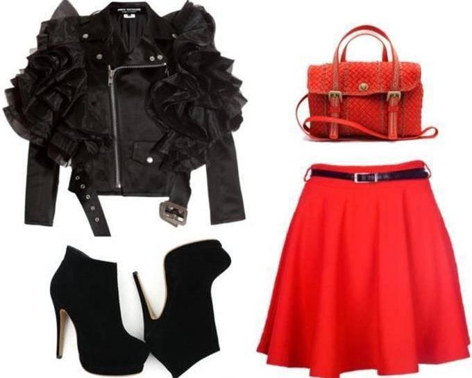 Коралловая юбка с черной кожаной курткой косухой