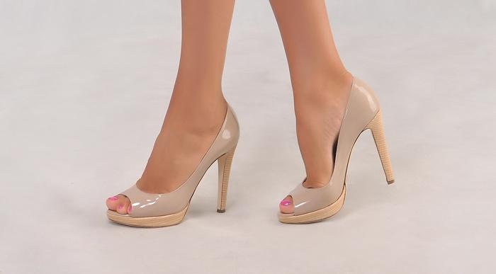 Бежевые туфли для коралловой юбки