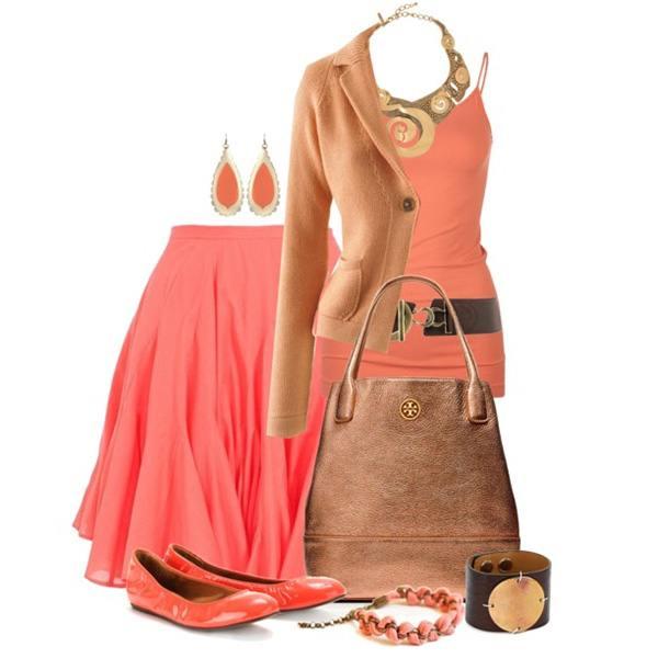 Коралловая юбка в сочетании с коричневым пиджаком