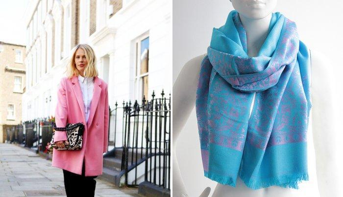 Розовое пальто с ярким бирюзовым шарфом