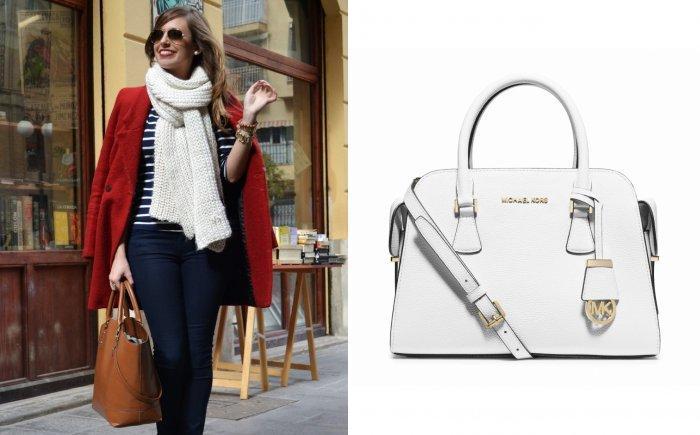 Белый шарф и сумочка к красному пальто
