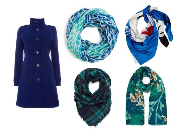Синее пальто с ярким шарфом