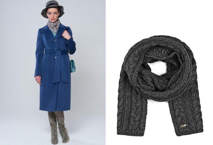 Синее пальто с серым шарфом