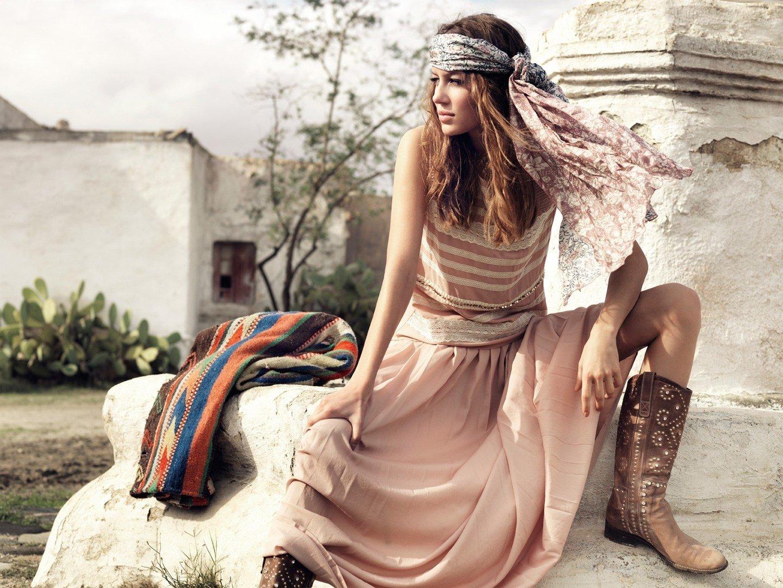 Кожаные легкие сапоги с одеждой в стиле бохо