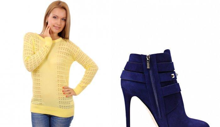 Желтый свитер и ярко-фиолетовые ботильоны