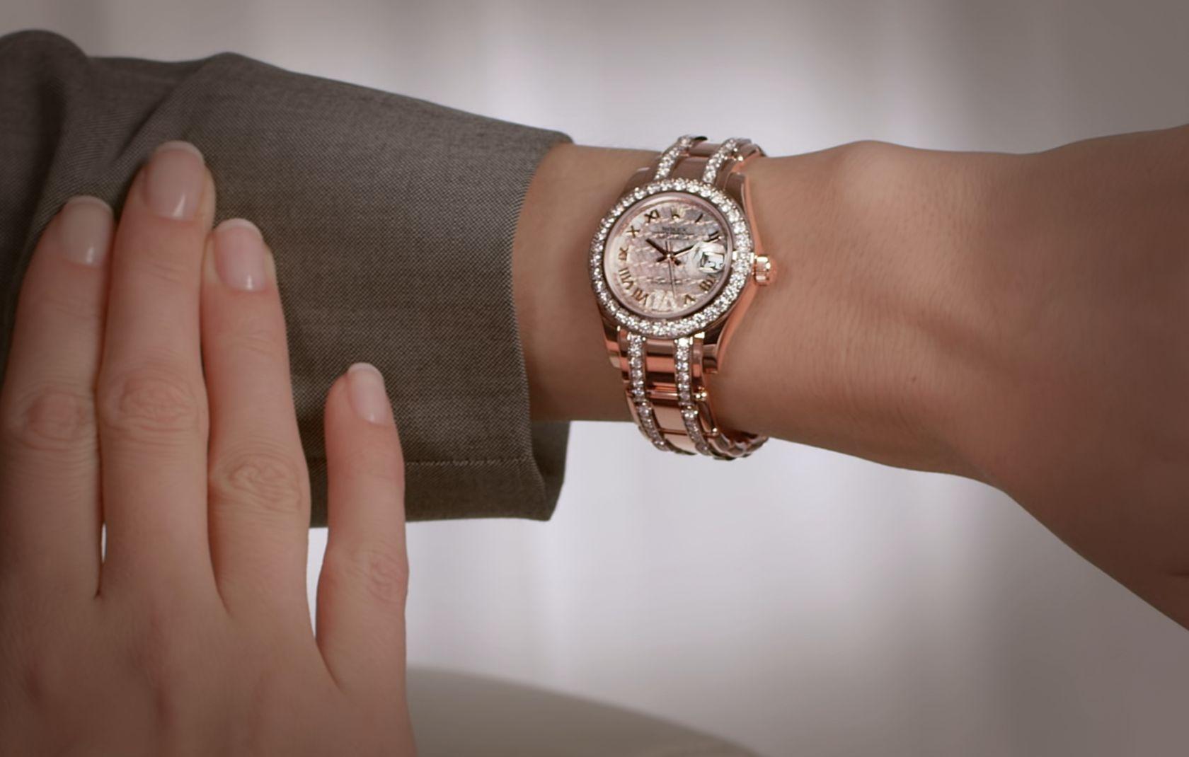 Яркие часы с камнями