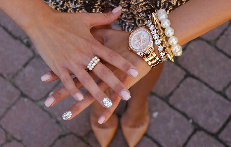 Как девушки носят массивные часы