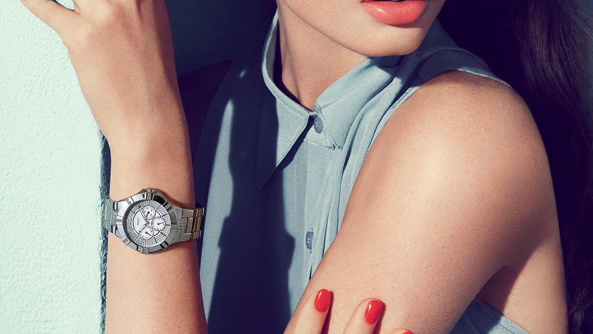 Серебристые металлические часы