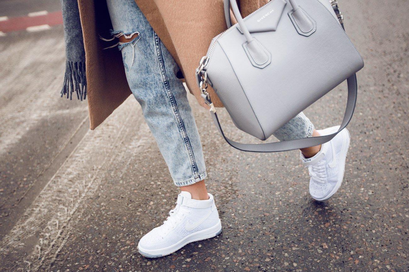 Белые кроссовки и джинсы