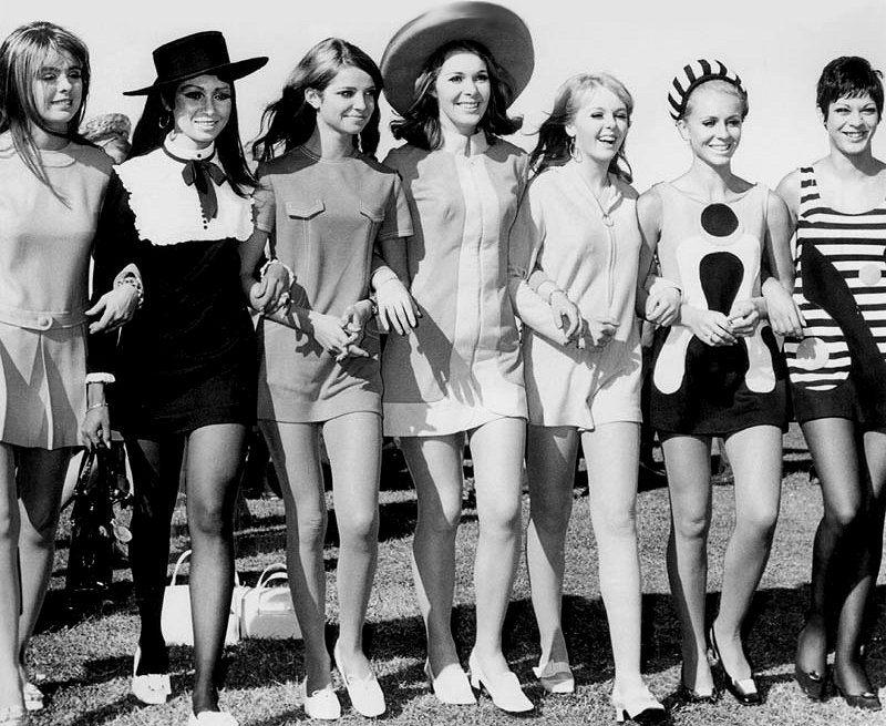Девушки в мини платьях