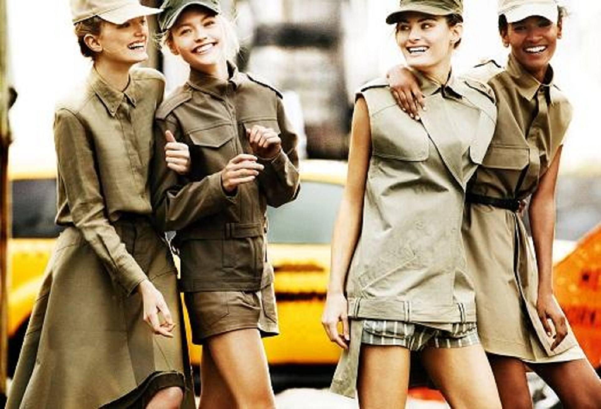 На девушках военная одежда
