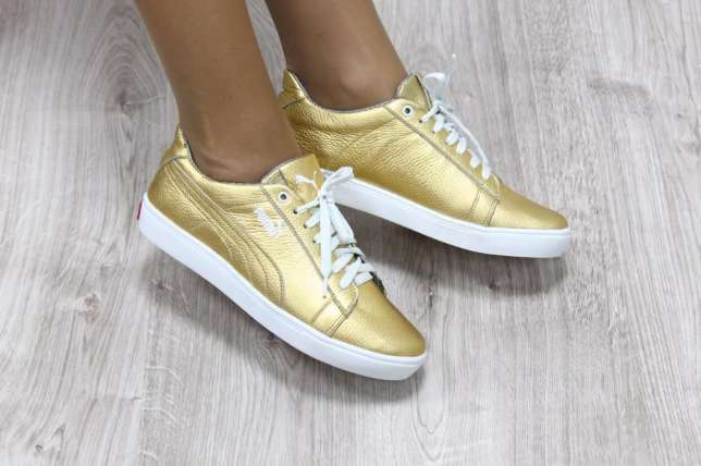 Золотистые кроссовки на белой подошве