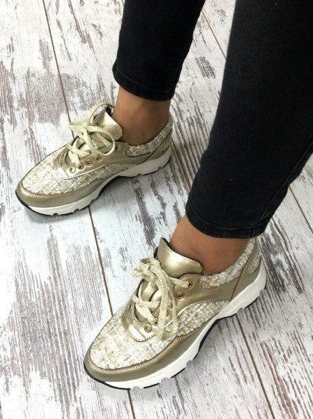 Золотистые кроссовки с черными брюками