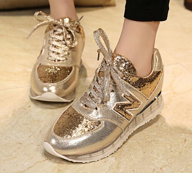 Золотистые кроссовки с золотистыми шнуркам
