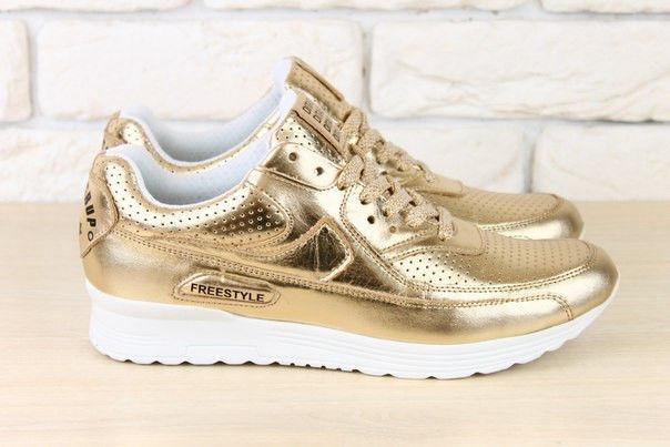 Золотистые кроссовки: модно и удобно