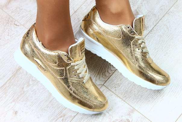 Золотистые кеды с белой подошвой на шнуровке