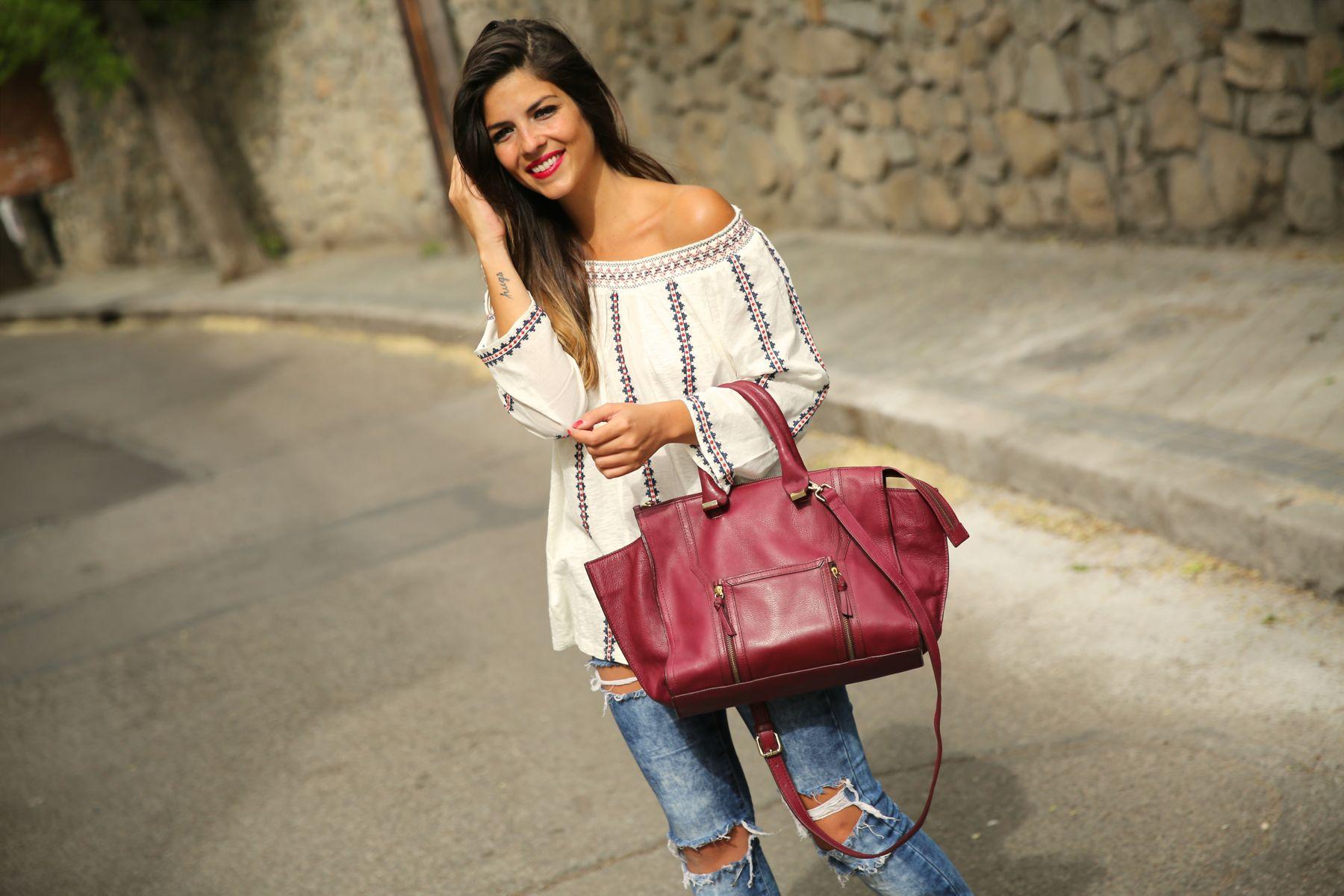 Джинсы с высокой талией и блуза в стиле бохо