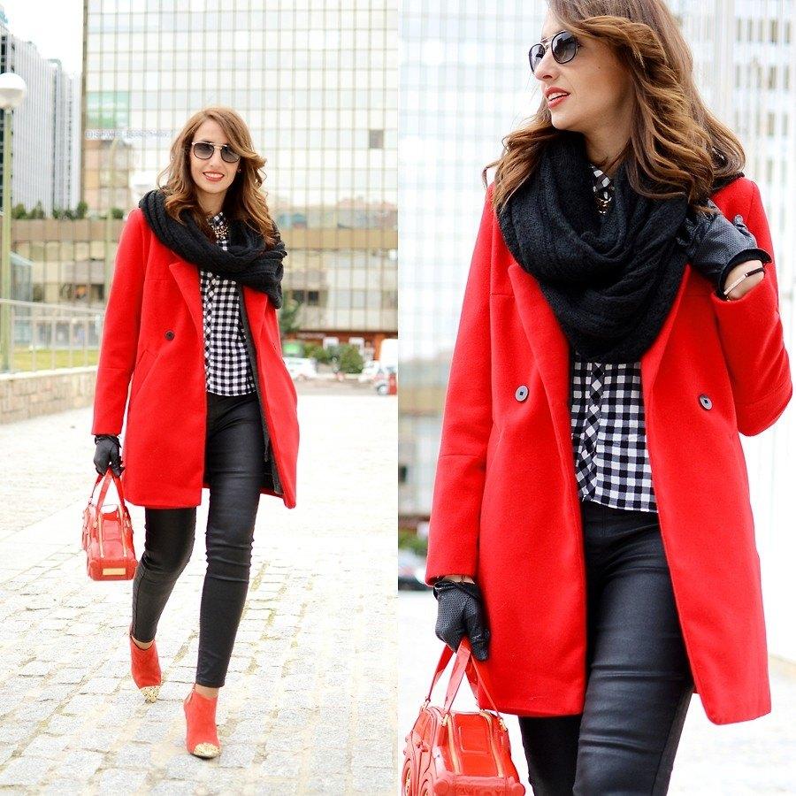 Черный шарф-хомут к красному пальто