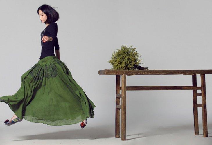 Длинная зеленая юбка с черной водолазкой